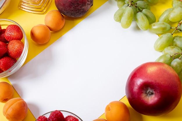 Copie o espaço no quadro de frutas frescas Foto gratuita