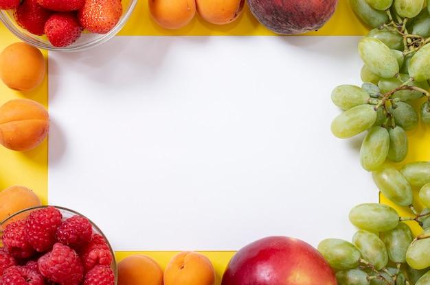 Copie o espaço no quadro de frutas Foto gratuita
