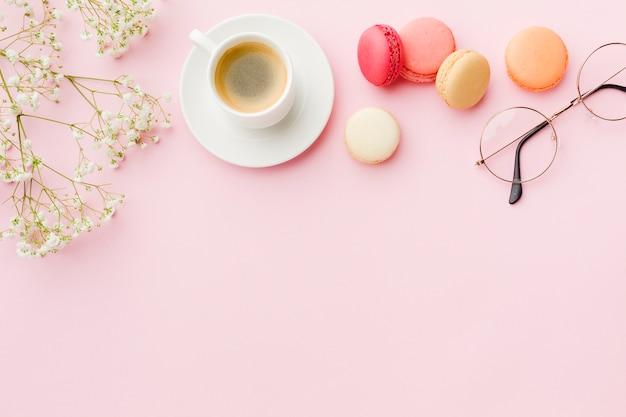 Copie o espaço rosa fundo com café e doces Foto gratuita