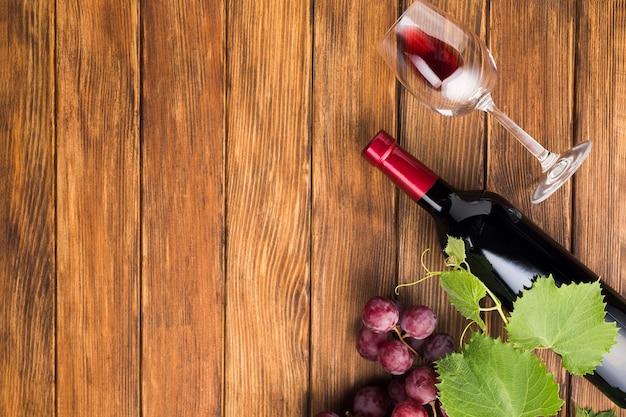 Copie o espaço vinho tinto e vidro Foto gratuita