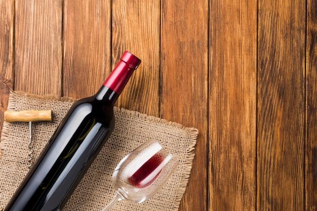 Copie o espaço vinho tinto no pano Foto gratuita