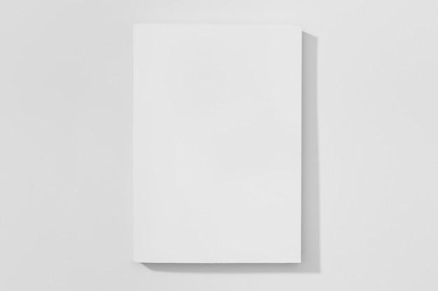 Copie o livro do espaço no fundo branco Foto gratuita