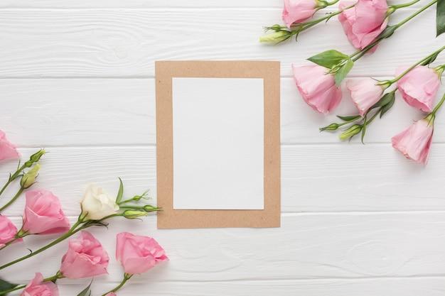 Copie o quadro de espaço com rosas cor de rosa Foto gratuita