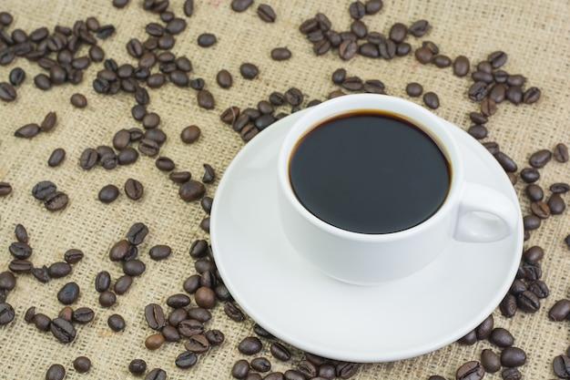 Copo branco com bebida de café Foto Premium
