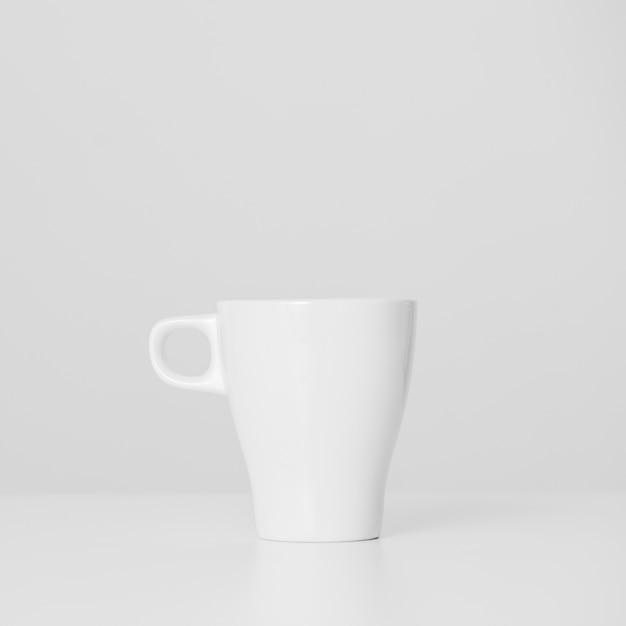 Copo branco minimalista de close-up Foto gratuita