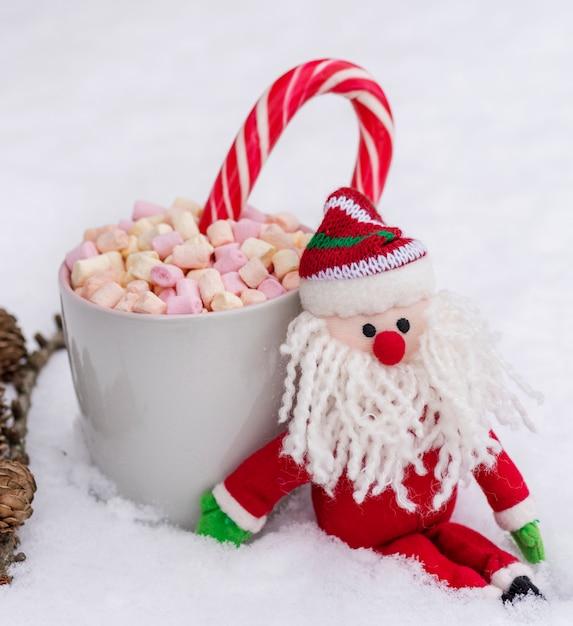 Copo cerâmico cinzento com chocolate quente, marshmallow e doces Foto Premium