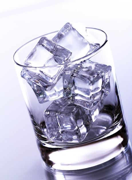 Copo cheio de cubos de gelo Foto gratuita