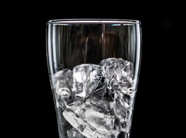 Copo com gelo macro tiro Foto gratuita