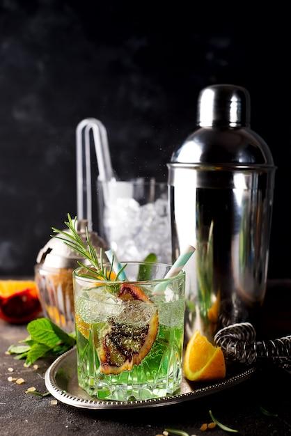 Copo, de, absinto, com, vermelho, limão, e, cubos açúcar Foto Premium