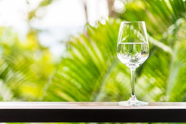 Copo de água ao ar livre Foto gratuita