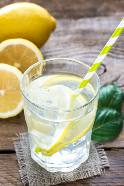 Copo de água com suco de limão fresco Foto Premium