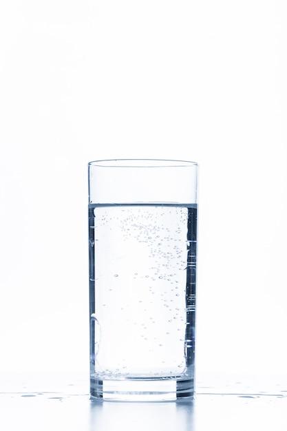 Copo de água isolado no branco Foto Premium