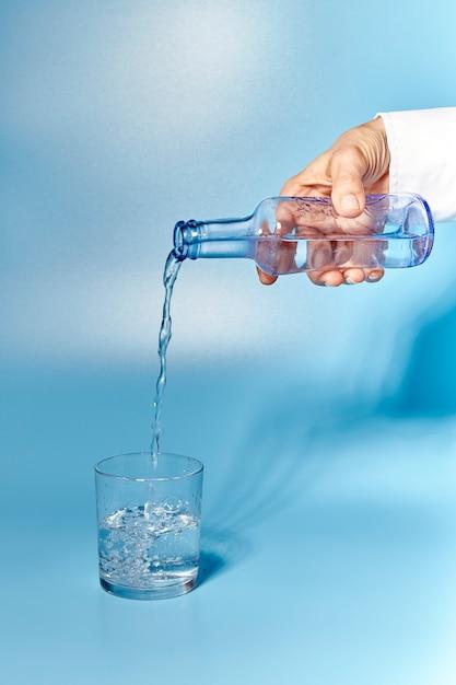 Copo de água limpa e fresca Foto Premium