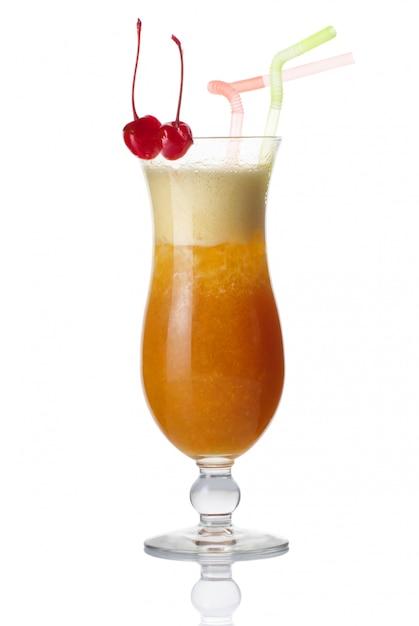 Copo de álcool cocktail com cereja isolado Foto Premium
