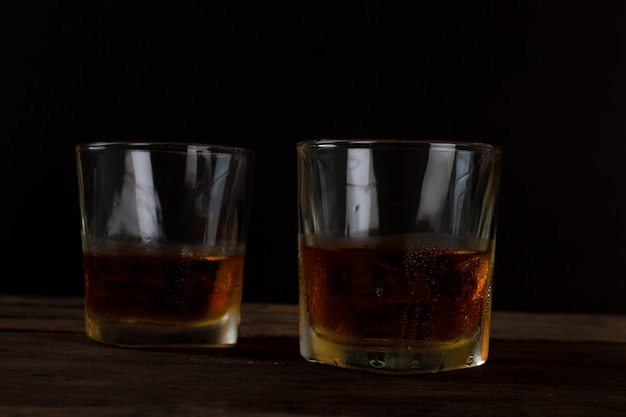 Copo, de, álcool, uísque escocês, com, gelo, ligado, tabela madeira Foto Premium