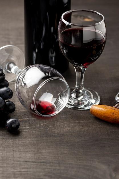 Copo de alto ângulo com vinho tinto Foto gratuita