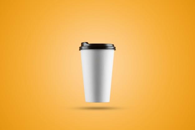 Copo de café branco de papel isolado em um fundo amarelo Foto Premium