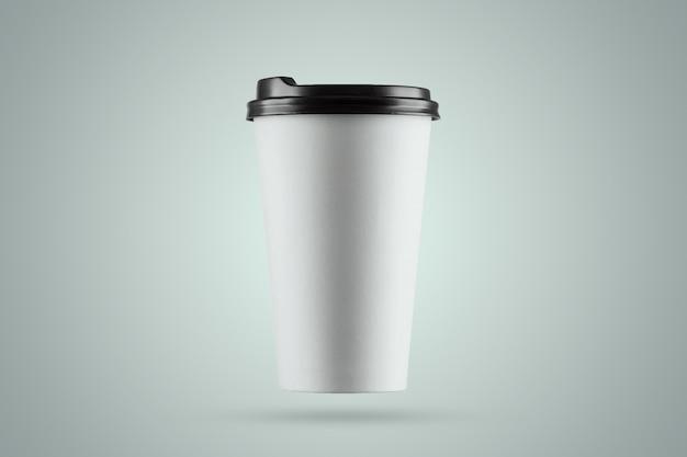 Copo de café branco de papel isolado em um fundo azul Foto Premium
