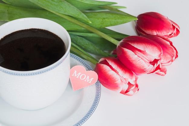 Copo de café com tulipas para o dia da mãe Foto gratuita