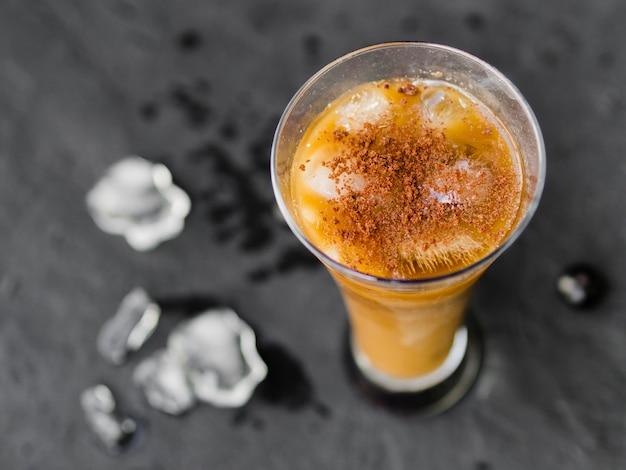 Copo de café coquetel com cubos de gelo e pó Foto gratuita