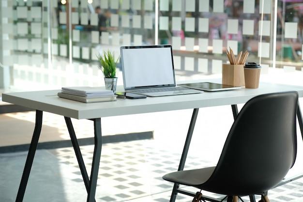 Copo de café do lápis da tabuleta do computador na mesa de escritório. Foto Premium