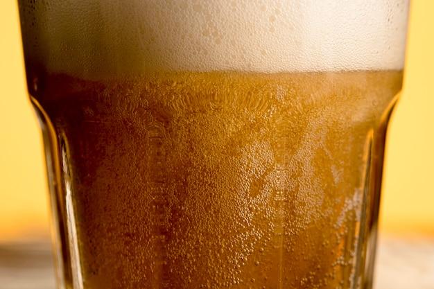Copo de cerveja carbonatada fresca Foto gratuita