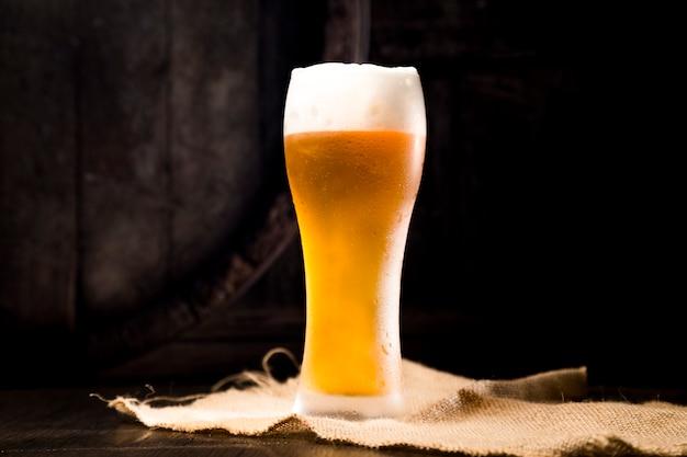 Copo de cerveja cheio Foto gratuita