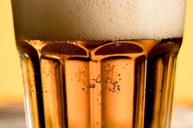 Copo de cerveja com bolhas Foto gratuita