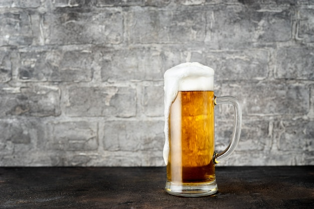 Copo de cerveja dourada Foto Premium