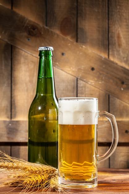 Copo de cerveja e garrafa de cerveja Foto Premium