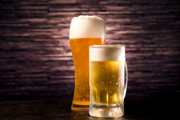 Copo de cerveja e jarra Foto Premium