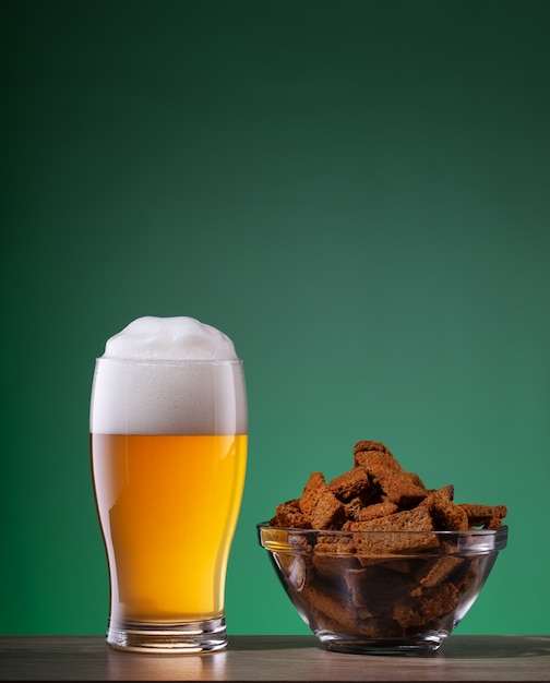 Copo de cerveja light e prato de biscoitos com especiarias Foto Premium