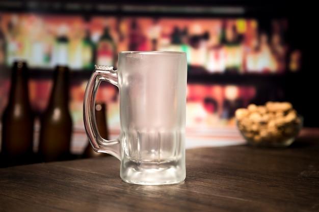 Copo de cerveja vazio Foto gratuita