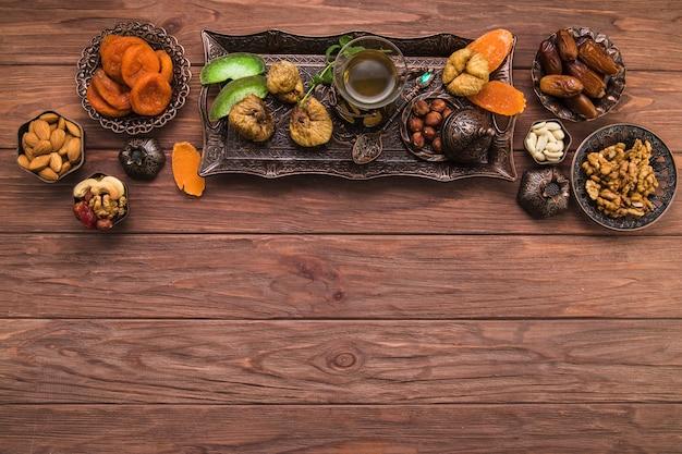 Copo de chá com diferentes frutas secas e nozes Foto Premium