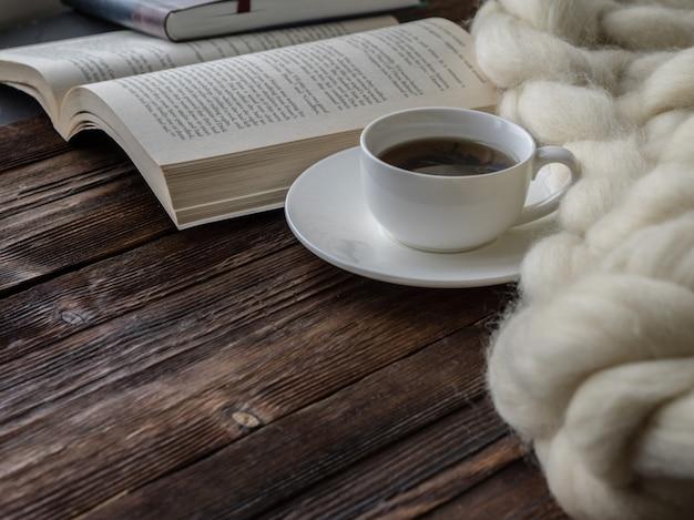 Copo de chá. composição aconchegante, cobertor de lã de merino closeup Foto Premium