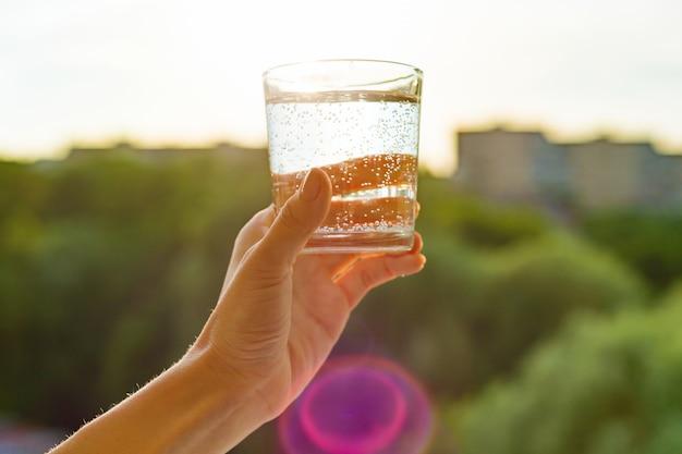 Copo de claro, ecologia de água na mão Foto Premium