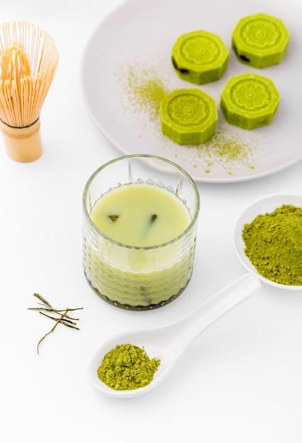 Copo de close-up com delicioso chá matcha Foto gratuita