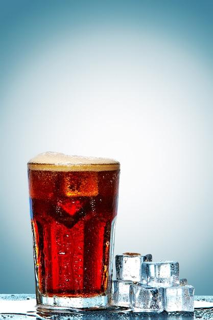 Copo de coca-cola com cubos de gelo Foto gratuita