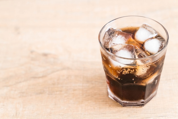 Copo de coca-cola com gelo Foto Premium