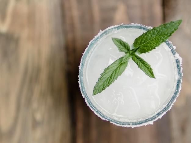 Copo de cocktail branco com hortelã Foto gratuita