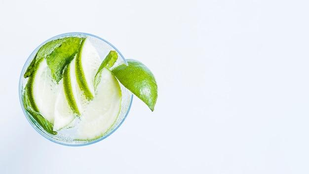 Copo de cocktail com fatias de limão e hortelã Foto gratuita