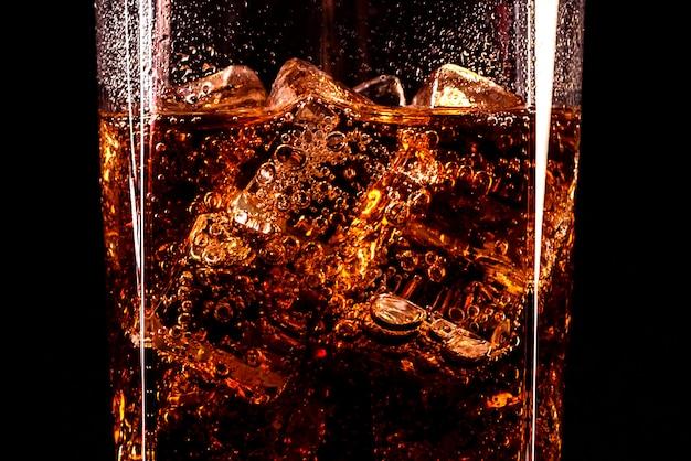 Copo de cola com cubos de gelo e gotas, isolados e com traçado de recorte Foto Premium
