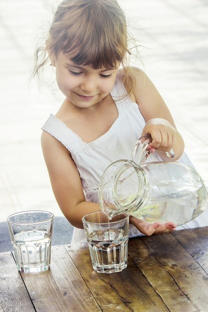 Copo de criança de água. foco seletivo. bebida. Foto Premium