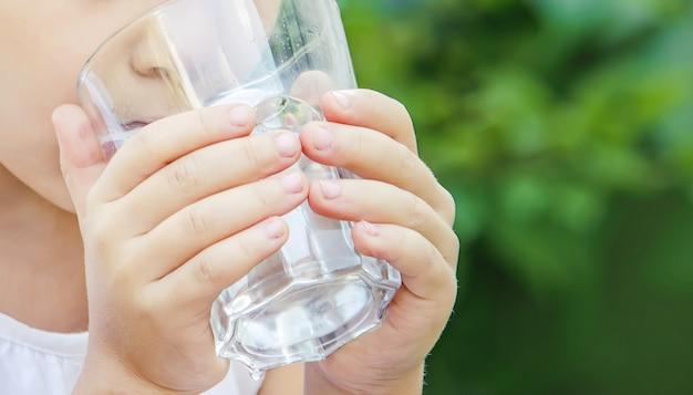 Copo de criança de água. foco seletivo. comida e bebida. Foto Premium