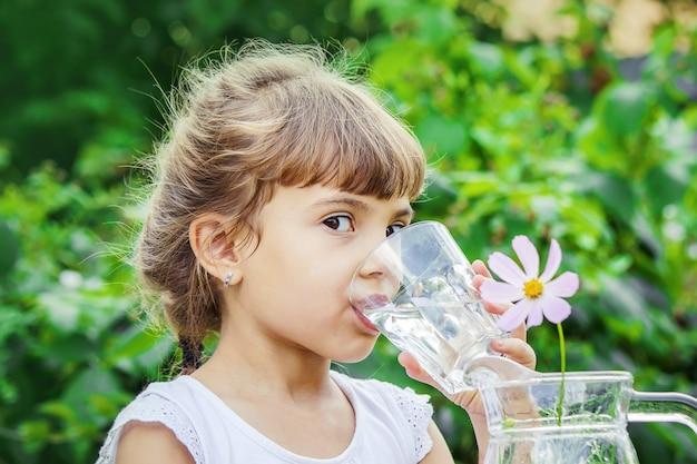 Copo de criança de água. foco seletivo. natureza. Foto Premium