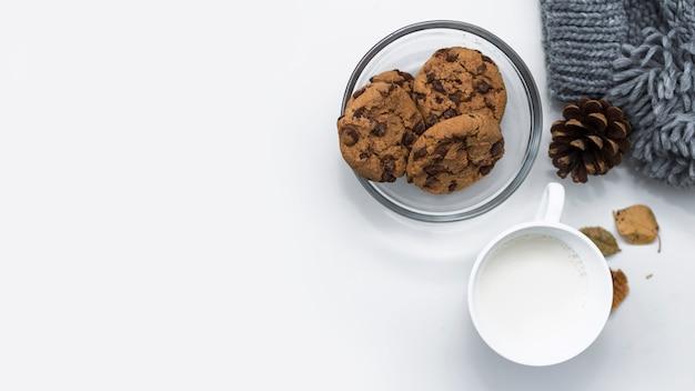 Copo de leite com biscoitos de chocolate Foto gratuita