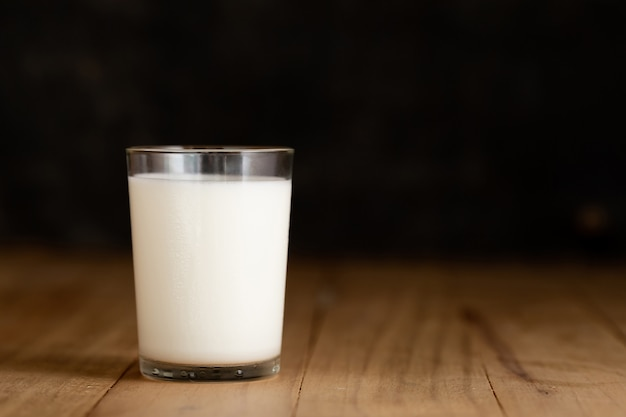 Copo de leite contra Foto gratuita