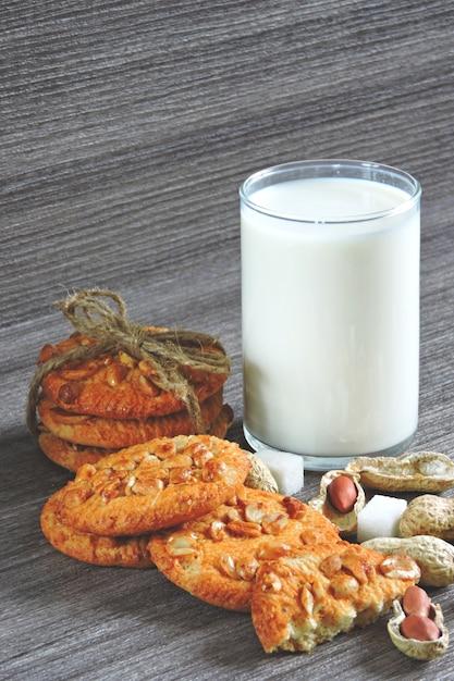 Copo de leite e biscoitos de amendoim. Foto Premium