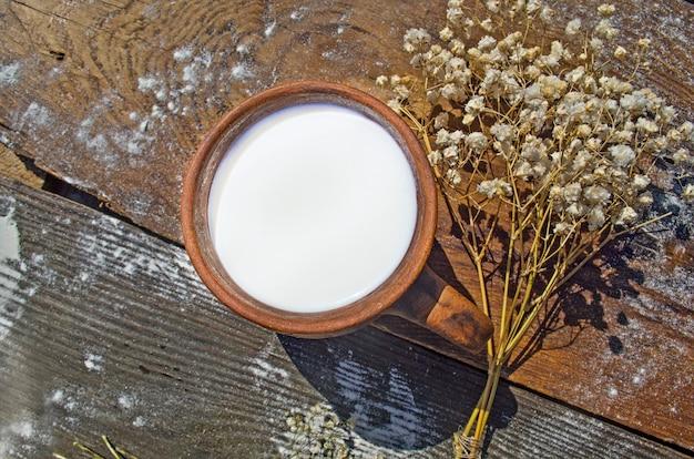 Copo de leite no fundo da natureza. Foto Premium