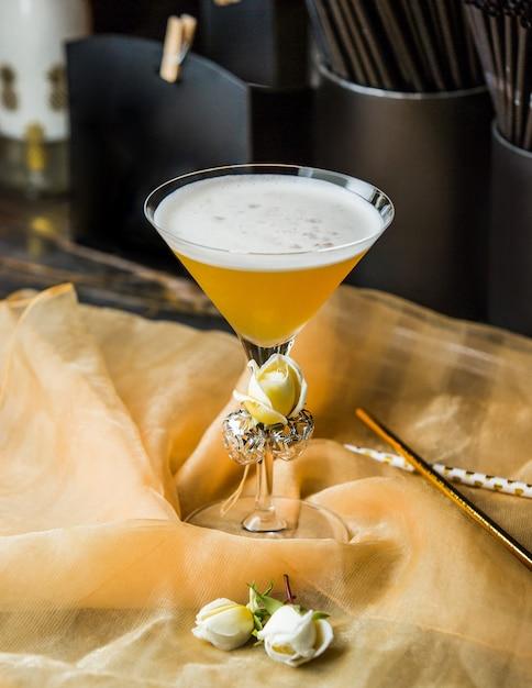 Copo de martini com rosas e espuma. Foto gratuita